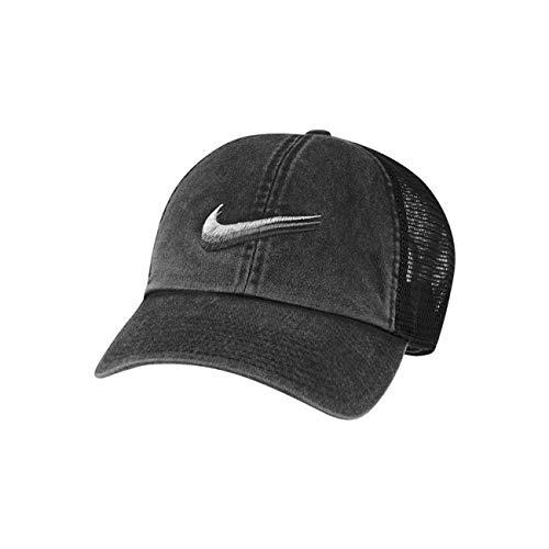 NIKE SWOOSH TRIPLICATO. Il cappello trucker Nike Sportswear, realizzato in twill di cotone délavé, presenta pannelli in mesh traspirante per morbidezza e freschezza. Il logo Swoosh ricamato a 3 str..