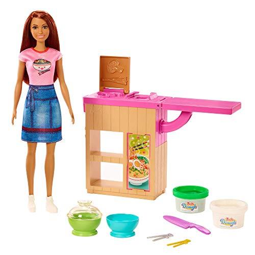 Barbie cocinera de fideos, set con muñeca morena y accesorios de cocina (GHK44)