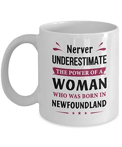 Onderschat nooit een vrouw geboren in Newfoundland koffiemok - grappige geschenken voor moeder oma zuster tante of vriendinnen - verjaardagscadeaus voor vrouwen - cadeautje thee kopje wit keramiek 11 Oz
