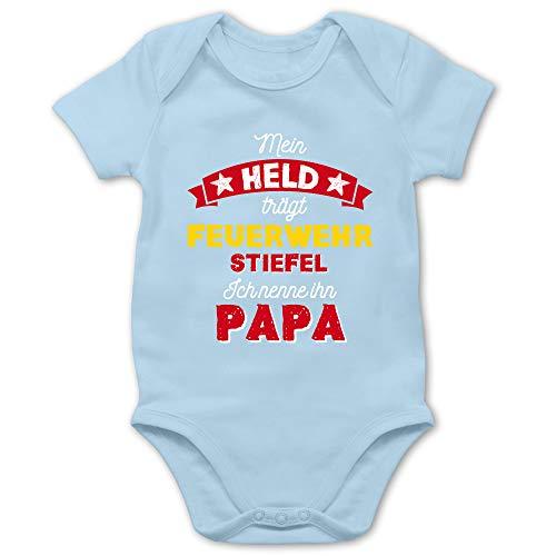Shirtracer Vatertagsgeschenk Tochter & Sohn Baby - Mein Held trägt Feuerwehrstiefel - 1/3 Monate - Babyblau - Mein held trägt Feuerwehrstiefel - BZ10 - Baby Body Kurzarm für Jungen und Mädchen