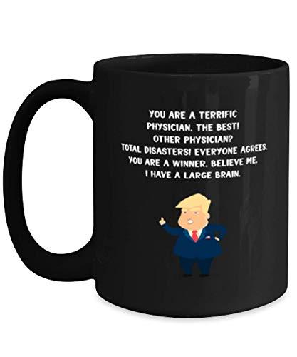 Taza de café negra de 11oz de Physician Ideas de regalos para cumpleaños o Navidad. ¡Eres un médico fantástico, el mejor! otro médico? ¡Desastres totales! Todos estan de acuerdo. Eres un ganador. Créa
