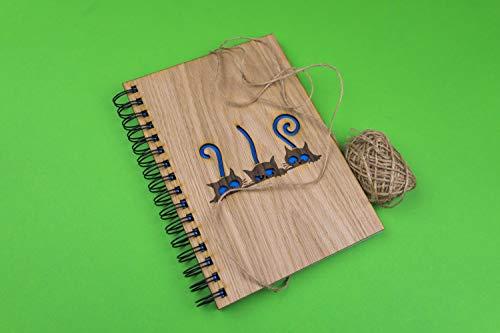 Cuaderno tamaño A5 con tapas de madera en Haya, Nogal o Roble con distintos diseños de 75 hojas blancas y un gramaje de 100gr, regalo orginal y especial (Roble, Gatitos)