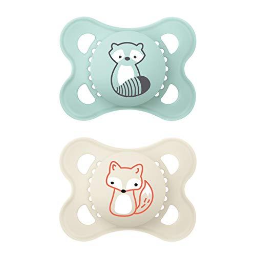MAM Original Elements Schnuller im 2er-Set, symmetrischer und kiefergerechter Baby Schnuller aus SkinSoft Silikon, stillfreundliche Form, mit Schnullerbox, 0-6 Monate, Waschbär/Fuchs