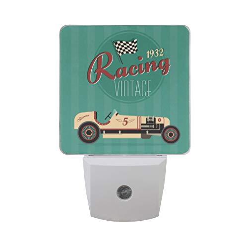 AOTISO Vintage Sport Racing Car met zwart-witte vlag op groene streep Auto Sensor nachtlampje Plug in Indoor