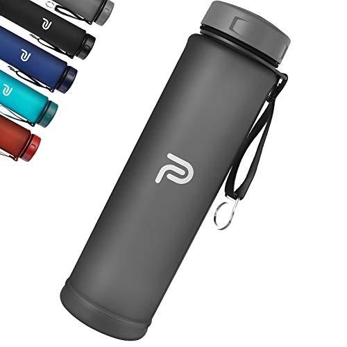 PLAUSO Trinkflasche 1l - auslaufsichere Trinkflasche - BPA frei - Zeitmarkierung - Kohlensäure geeignet |Tritan 1000ml Wasserflasche für Sport, Fitness, Büro (Carbon Grey)