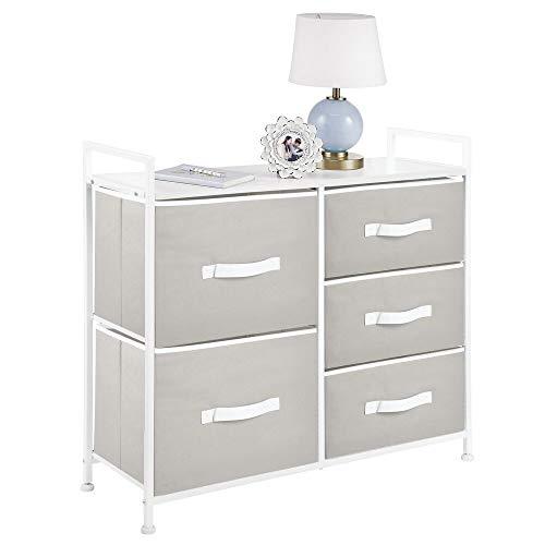 mDesign Cajonera de metal y tela con 5 cajones – Ancha cómoda para dormitorio, sala de estar o pasillo – Mueble organizador para ropa con balda de madera MDF – gris claro y blanco