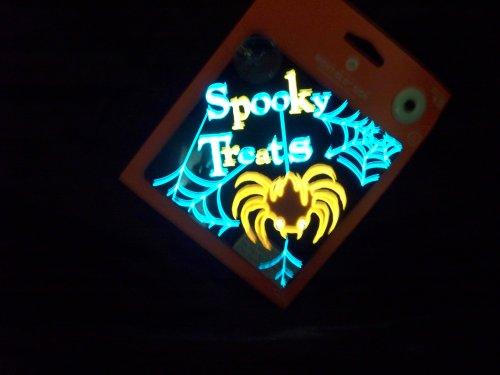 Funkelndes Night Glo Schild–Spider–Spooky behandelt