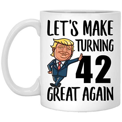 Taza de café de 42 cumpleaños, regalo para hombres y mujeres nacidas en 1977, con 42 años, para hacer cumpleaños grandes de nuevo MAGA, divertida taza blanca de 11 onzas