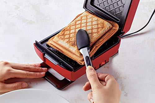 食パンがぴったり入るサイズなので耳までカリッと焼きあがります。こちらのプレートは取り外しができないので、冷ました後に湿らせたキッチンペーパーなどで汚れをふき取ります。
