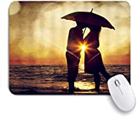 ZOMOY マウスパッド 個性的 おしゃれ 柔軟 かわいい ゴム製裏面 ゲーミングマウスパッド PC ノートパソコン オフィス用 デスクマット 滑り止め 耐久性が良い おもしろいパターン (男性女性愛ロマンス自然風光明媚な傘の海辺の夕日のシーンでお互いにキスするカップル)