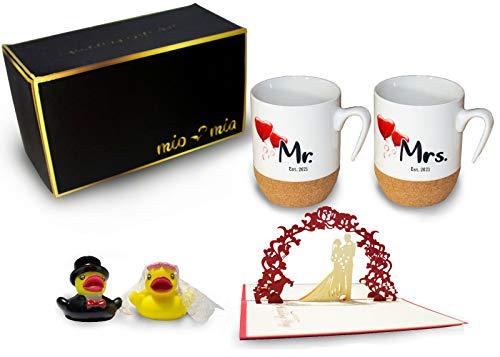 MIAMIO - Kaffeetassen Mr & Mrs als Hochzeitsgeschenk für Brautpaar Tassen mit Korkboden + Badeenten + Grußkarte Geschenkset (Hochzeit 2021)