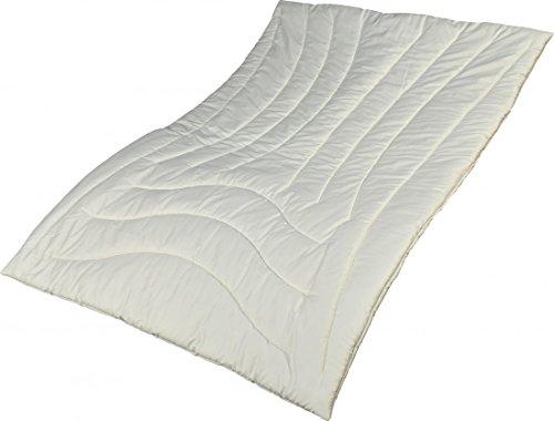 Garanta Zirbe Alpenglück Bettdecke 135 x 200 cm - Extra leichte Sommer Schafschurwoll Decke mit Zirbenholzspänen 500 g - Bezug Premiumsatin Aloe Vera (100% Baumwolle)