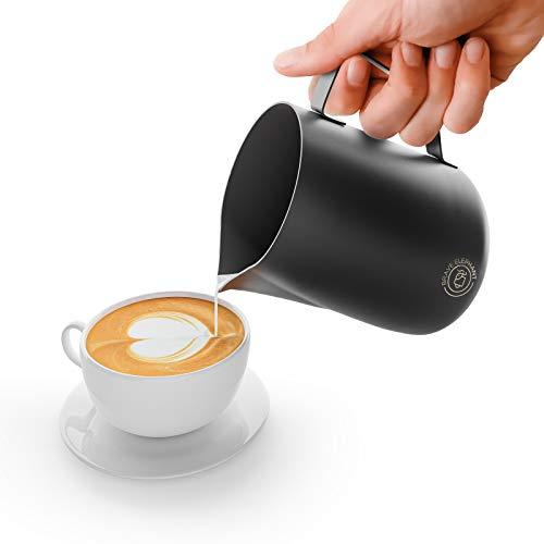 BRAVE ELEPHANT® Milchkännchen Edelstahl [Black Mat] | Rostfreie Milchkanne Edelstahl für Latte Art | Barista Milchkännchen Teflon beschichtet schwarz | Innovatives Milchschaumkännchen mit 600ml