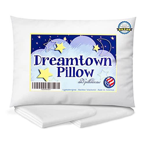 Dreamtown Kids Oreiller pour enfant avec taie d'oreiller pour enfants ou de voyage Hypoallergénique (2-5 ans) Recommandé par les chiropraticiens pour une sécurité parfaite du cou 35,6 x 48,3 cm avec peluche moyenne pour une taille et une épaisseur optimales pour dormir dans un lit, un berceau, un sol, un siège auto et un avion. Lavable en machine. Fabriqué aux États-Unis.