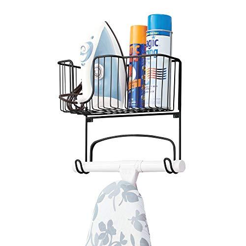 mDesign Pratico porta asse da stiro da appendere con cestino per ferro da stiro – Comodo organizer per bagno o lavanderia domestica – nero opaco