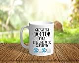 Promini - Tazza in ceramica con scritta 'Greatest Doctor Ever The One Who Survived 2020', con scritta 'Thank You', per dottore, 325 ml, colore: bianco