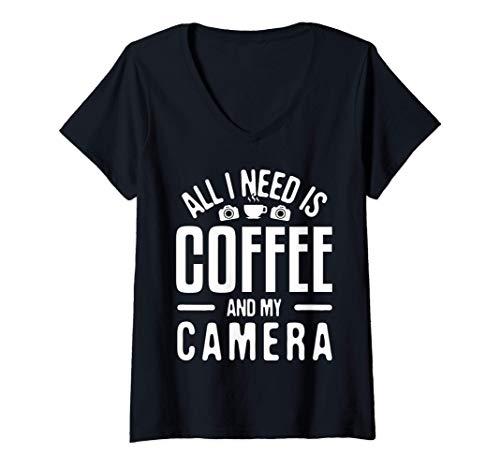 Mujer Todo lo que necesito es café y mi cámara fotográfica Camiseta Cuello V