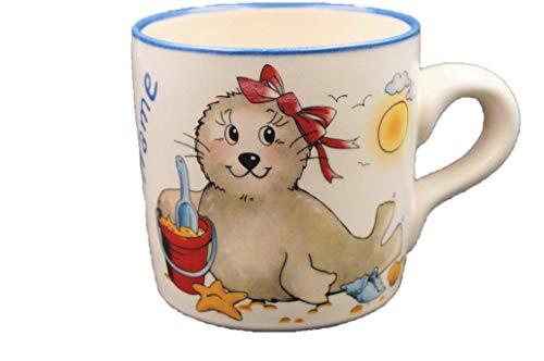 Carstens Keramik® Namenstasse Seehund Mädchen Schleife, Tasse mit Namen Natur Keramik, handgefertigt in Deutschland, per Hand mit Wunschnamen beschriftet