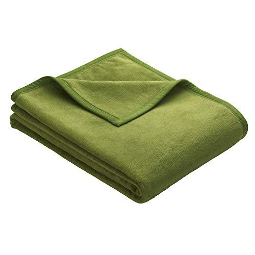 Ibena Berlin Wolldecke 150x200 cm - Premium Kuscheldecke grün, hochwertige Markenqualität aus pflegeleichter Baumwollmischung mit eingenähtem Kunstlederpatch