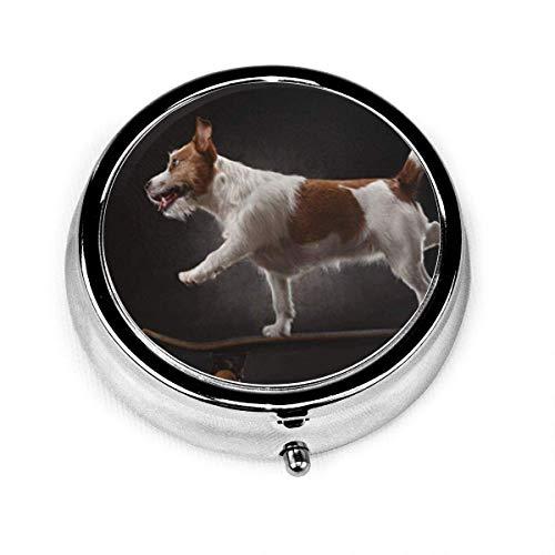 Runde Pillenetui mit 3-fachem Trainer Jack Russell Terrier-Hund, der auf Skateboard reitet Dynamischer Humor-Besitzer lustig