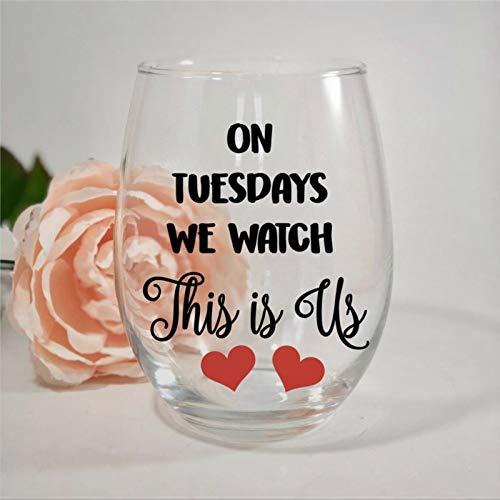 """Weinglas mit Gravur """"On Tuesdays We Watch This is Us"""", perfekt für Vater, Mutter, Jungen oder Mädchen, Freund"""