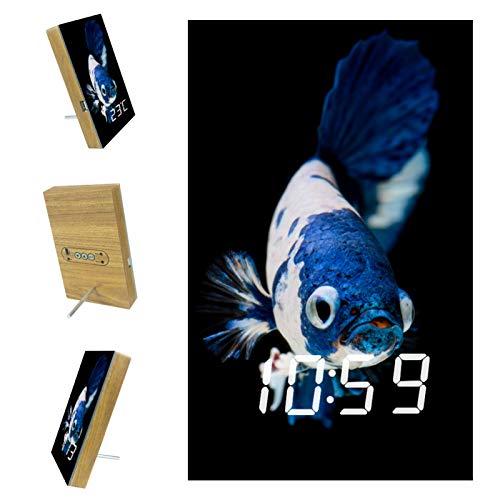 Lichtwecker Tischuhren Weißer blauer Fisch LED Tischuhr mit Temperaturanzeige,USB Wiederaufladbar Reisewecker mit 3 Alarmen, Schallinduktion Funktion, 12/24H 15.8x9.7x2.3 cm