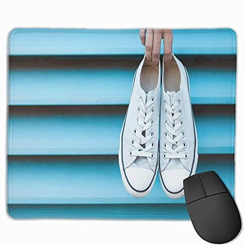 Gaming Mouse Pad, Premium-getextureerde muismat pads, schattige muismat voor gamer, kantoor en thuis opknoping blauwe sneakers hand houden paar schoenen Converse Casual