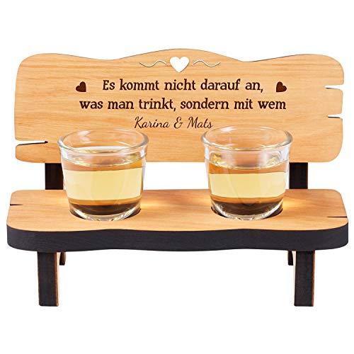 Geschenke 24 Schnapsbank mit 2 Gläsern und Gravur: personalisiertes Hochzeitsgeschenk aus Holz mit Namen und Spruch- gravierte Geschenke für Verliebte zum Geburtstag, Jahrestag oder zur Hochzeit