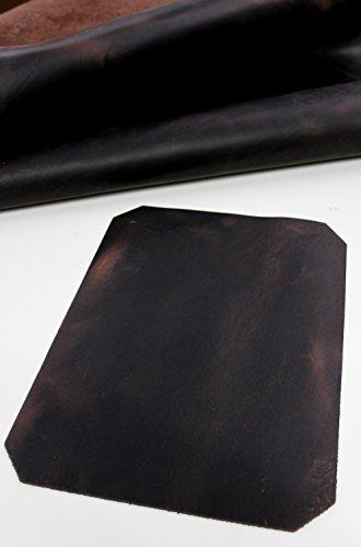 Bonito cuero vacuno grueso y especialmente curtido y engrasado, con efecto encerado, en una gama de color que va del marrón claro al marrón oscuro y con unas medidas aproximadas de 24x33cm