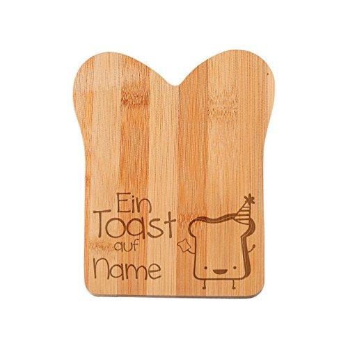 Herz & Heim® Bambus Frühstücksbrettchen in Taostform - Ein Toast auf - mit Wunschnamen