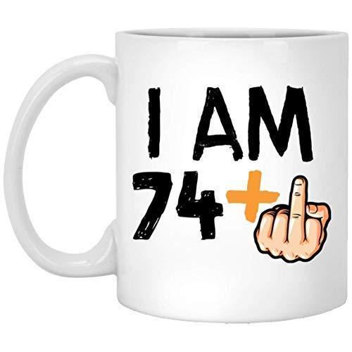 Auguro alla persona amata un'eccitante festa per il 75 ° compleanno Io sono 74 più 1 tazza di caffè con il dito medio Regalo per amica Moglie Marito Nonni nella festa della mamma Festa del papà Annive