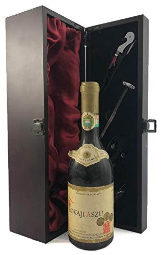 Tokaji Aszu 5 putts 1974 (500ml) Monimpex en una caja de regalo forrada de seda con cuatro accesorios de vino, 1 x 750ml