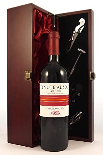 Tenute Al Sole Salento 2001 Negroamaro en una caja de regalo forrada de seda con cuatro accesorios de vino, 1 x 750ml