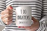 Tazza con nome personalizzato faccio le maratone sulla tazza Netflix, tazza divertente, regali per il marito, tazza di caffè, regalo di tè, regalo per lei, regalo per papà, regalo di mamma, regalo sar