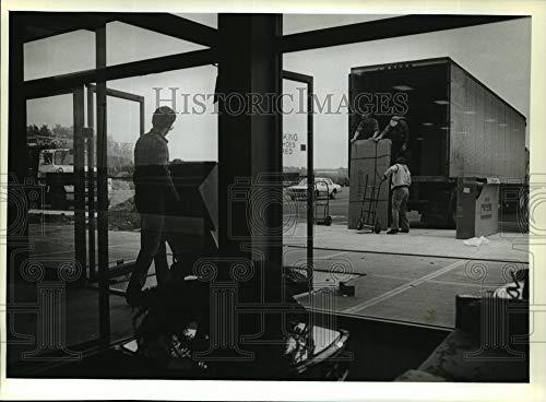 Historic Images mja06426 - Trabajadores de Fotos de Prensa Cargando televisores Americanos en un camión