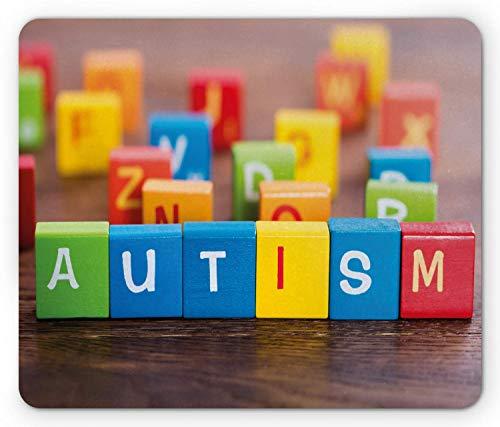 Autisme muismat, kleurrijke educatieve blokken met letters op een houten tafel een wazige achtergrond, muismat