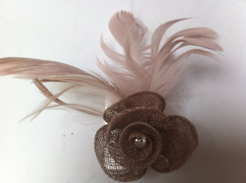 Latte-coloré en toile de jute net Rosebud Bibi avec plumes sur un double clip et broche