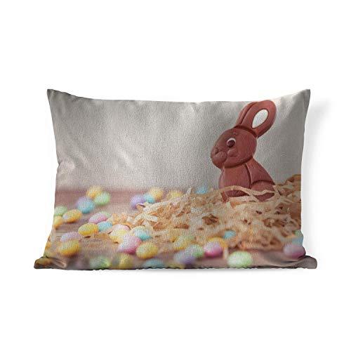 Sierkussen Pasen voor binnen - Een konijn van chocolade met kleine eitjes tijdens Pasen - 60x40 cm - rechthoekig binnenkussen van katoen