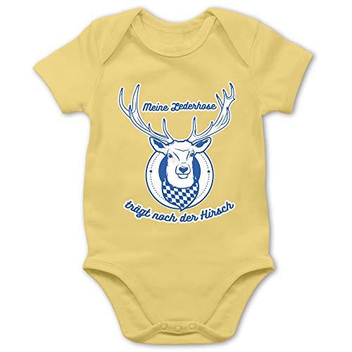 Shirtracer Oktoberfest Baby - Meine Lederhose trägt noch der Hirsch Rauten - 12/18 Monate - Hellgelb - Lederhose - BZ10 - Baby Body Kurzarm für Jungen und Mädchen