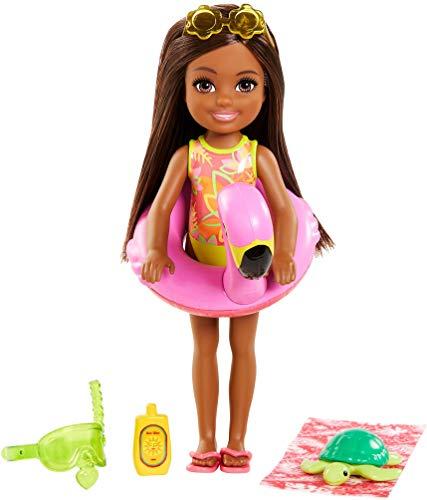 Barbie Famille lAnniversaire Perdu de Chelsea mini-poupée brune et son animal, bouée et accessoires de plage, jouet pour enfant, GRT82