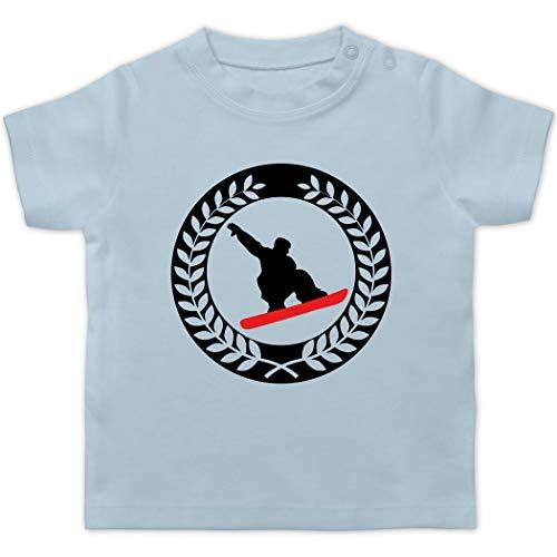 Sport Baby - Snowboard Sichel Kranz - 1/3 Monate - Babyblau - Geschenk - BZ02 - Baby T-Shirt Kurzarm