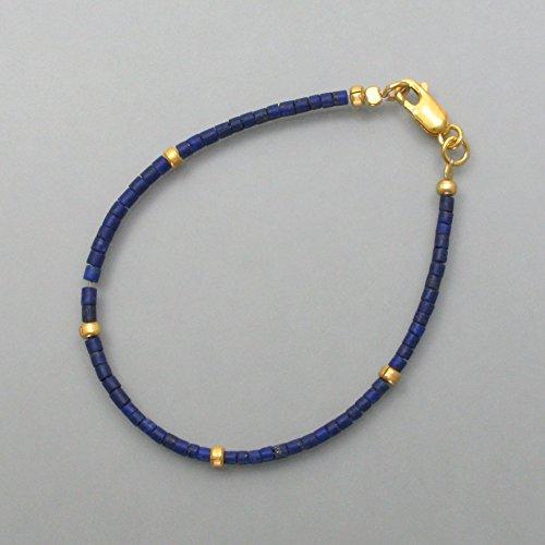Pulsera de lapislázuli con elementos dorados, delicada