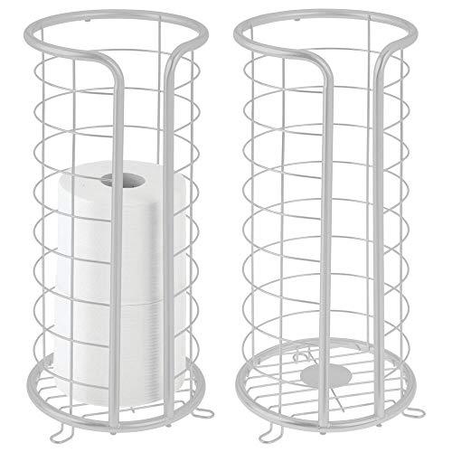 mDesign Dekorativer freistehender Toilettenpapierhalter aus Metall mit Stauraum für 3 Rollen Toilettenpapier – für Badezimmer/Puderraum – hält Mega-Rollen – 2 Stück – Hellgrau