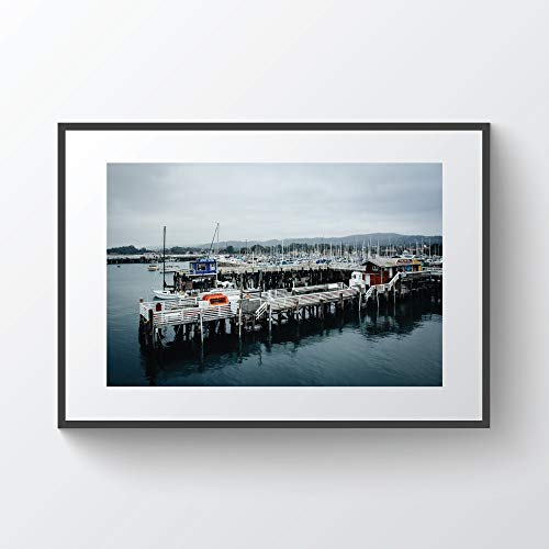 C-US-lmf379581 Uitzicht op een pier en boten in de haven van de Fisherman's Wharf in Monterey Californië Photo Print Multiplex ingelijst