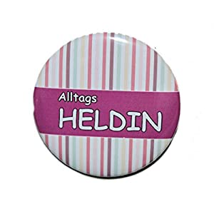 Alltagsheldin – Varianten: Button 50mm Kühlschrankmagnet 50mm Flaschenöffner 59mm Taschenspiegel 59mm
