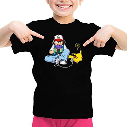 Okiwoki T-Shirt Enfant Fille Noir Parodie Pokémon - Sasha Ketchum et Pikachu - Batterie de Secours : (T-Shirt Enfant de qualité Premium de Taille 11-12 Ans - imprimé en France)