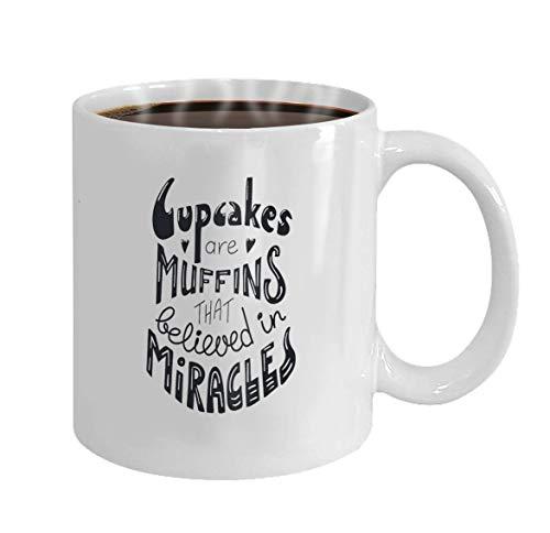 Koffiemok met de hand geteken, inspirerend citaatkleine cake beletterend, zijn muffins, Die aan wonderen lokaliseert Obj gelooften