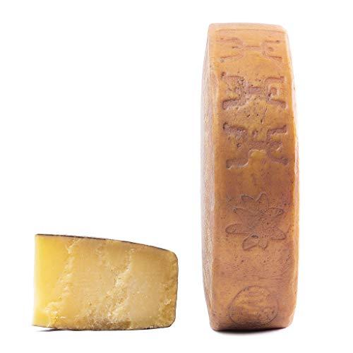 Formaggio nostrano stagionato, made in Italy con certificazione DOP Formaggio stagionato a pasta dura dal colore paglierino con un occhiatura di dimensione fine Latte vaccino, sale, caglio, zafferano Il formaggio viene prodotto da latte crudo di due ...