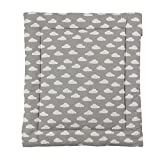 Puckdaddy Wickelauflage Clara - 65x75 cm, Wickelunterlage aus 100% Baumwolle mit Wolken Muster in Grau, weiche Wickeltischauflage für Wickelkommoden, waschmaschinengeeignet