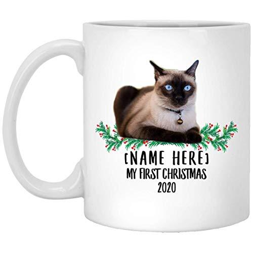Divertido nombre personalizado Tortie de gato siamés Primera Navidad 2020 Taza de café blanco 11 oz